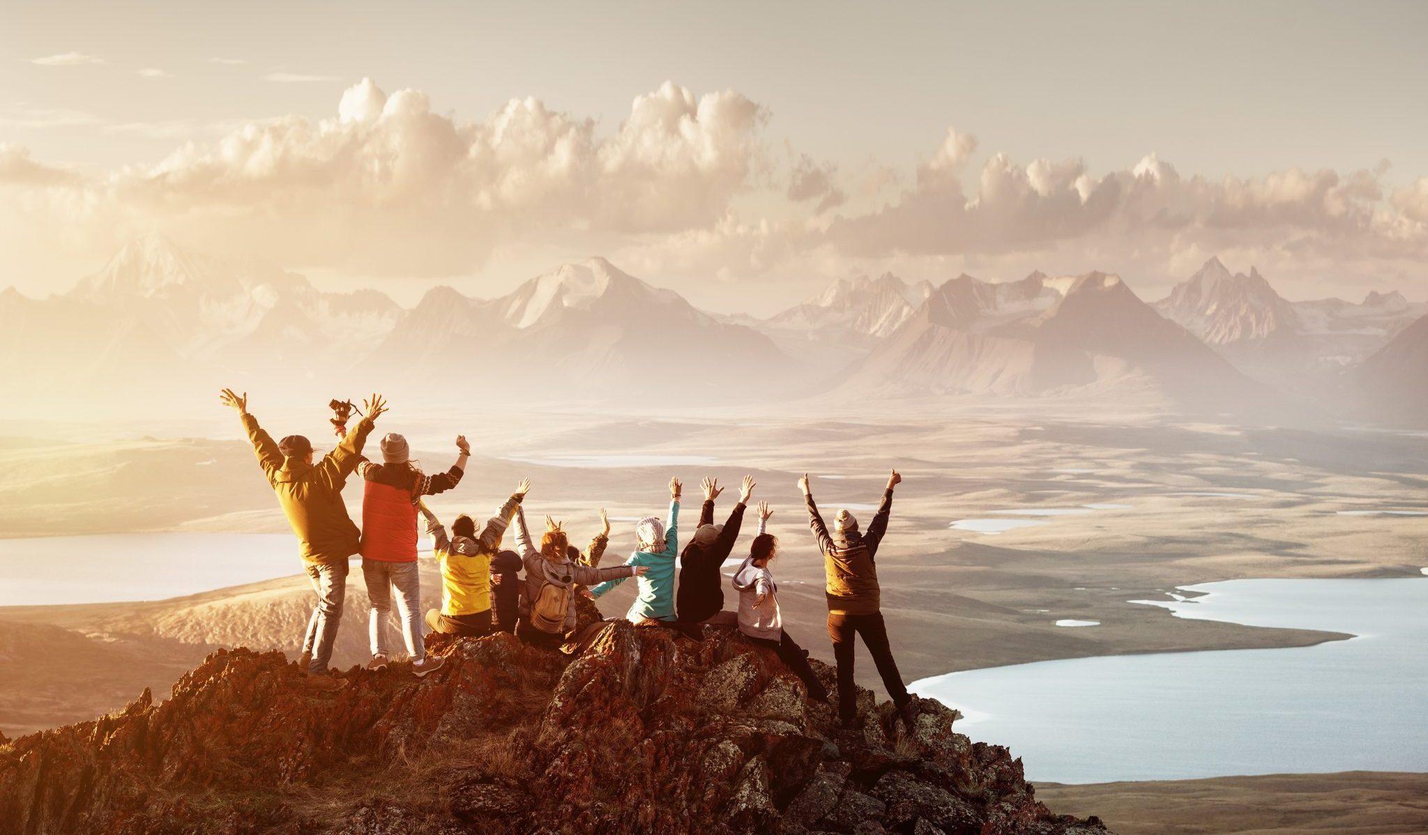 Exponentiële samenwerking, groep klimmers bereikt bergtop