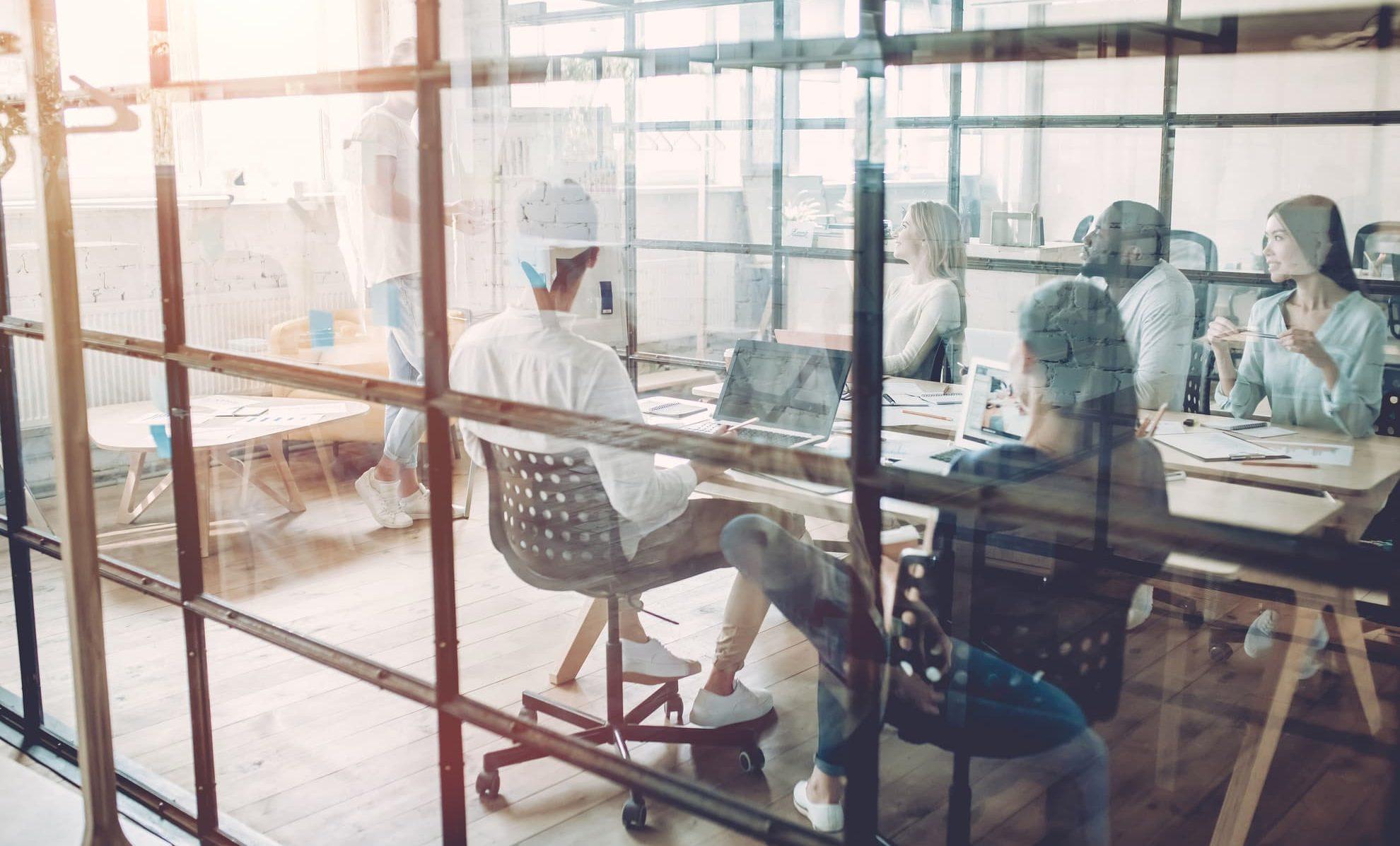 Wendbare productiviteit, groep collega's in werkruimte