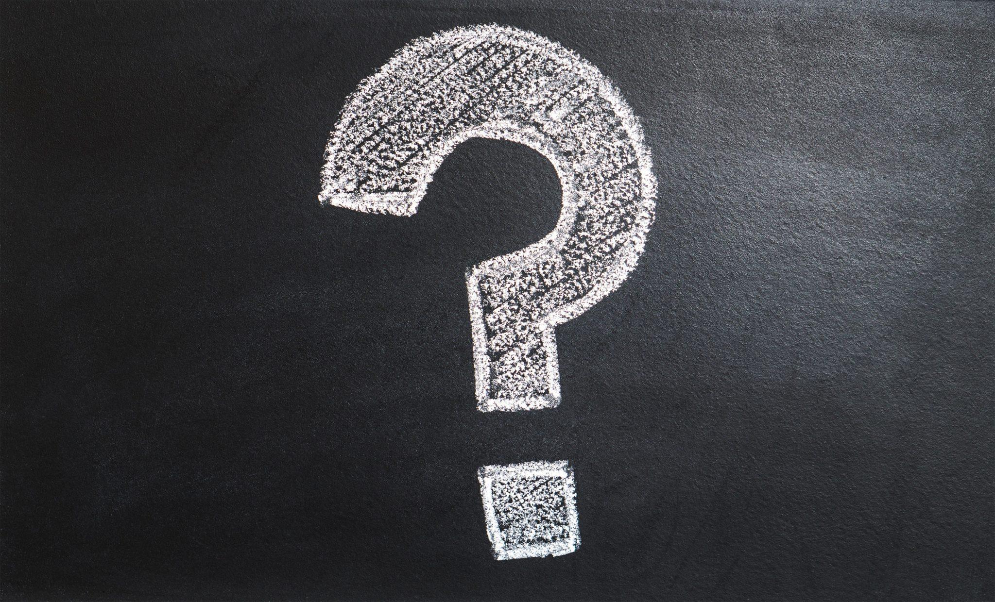 Vraagteken op een krijtbord om uit te zoeken waarvoor verandering belangrijk is