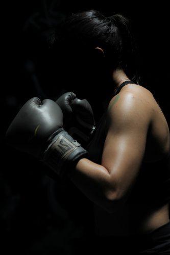 Vrouw die weerstand biedt tijdens het boksen