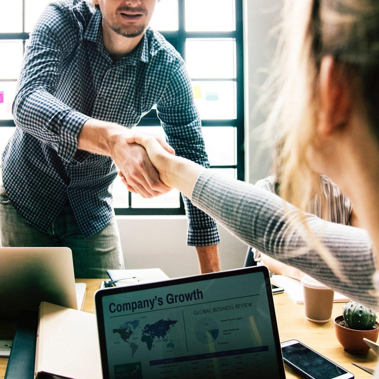 Verandermanagement, hand schudden bij werkoverleg